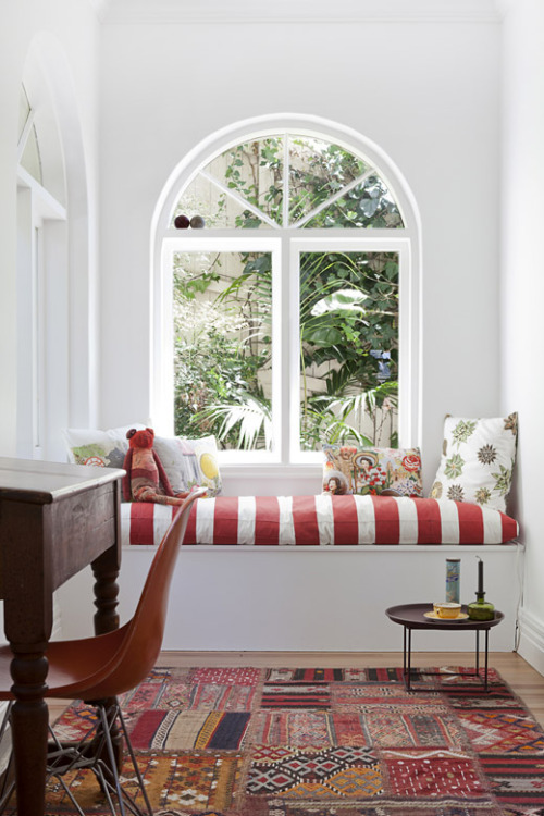 Bright and sunny window seat (via Sydney Home – Vanessa Steele & Peter Braig – The Design Files)