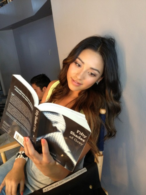 shaymitchdaily:  @norbuck #PLL book club… http://t.co/AC7alNjZ   I freaking love this series. I love her so much more everyydaayyy. -_-