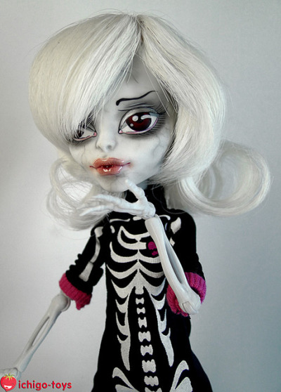ra-kelbominable:  Monster High Skeleton custom by Sa Ichigo on Flickr.