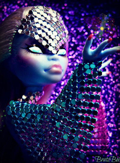 fangtastic-finds:  honeyhowl:  Cosmic Couture by BratzBoi™ on Flickr.  OMG! I like the metallic-chain-like material used on Abbey. This material is really smooth to touch, I used to have a bracelet with this material but it's a bit fragile. ^_^
