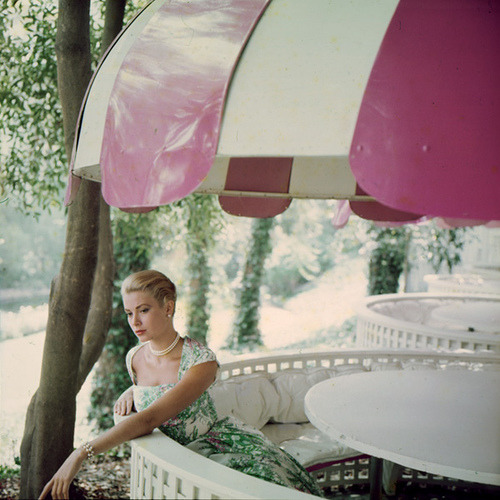modcloth:  The always elegant Grace Kelly, 1955.
