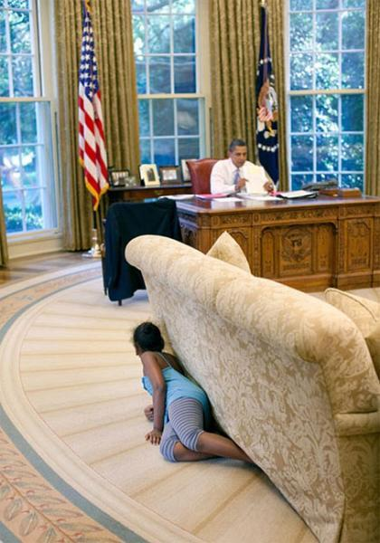 gallimaufry-naidu:  Sasha Obama sneaking up on Obama behind a couch in the Oval Office