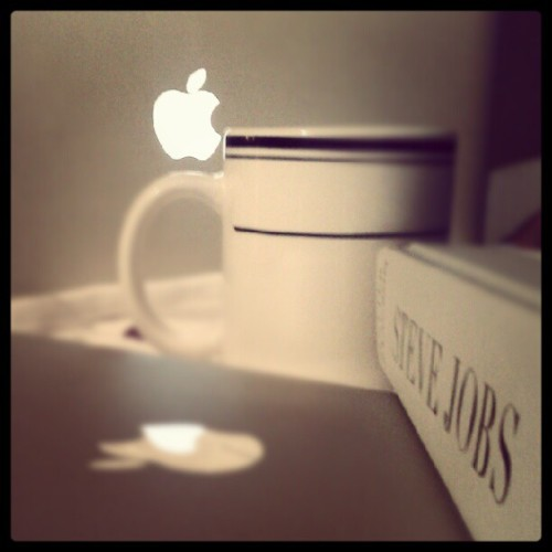 #photoadayMay Day 16: What You're Reading —- Also, Tea-Sofa-Book Time: Apple Edition —- Steve Jobs by Walter Isaacson #books #apple #macbook #reading #amreading #tea #vacation  (Taken with instagram)