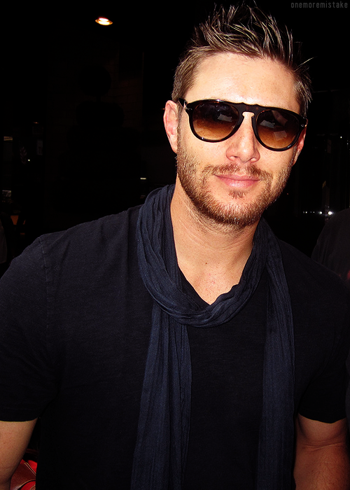 mostly10:   Jensen in NYC. [x]  ASJDKLSJAKLDAS REBLOGGING AGAIN BECAUSE I JUST NOTICED HIS BICEP JESUS FUCK TAKE ME NOW