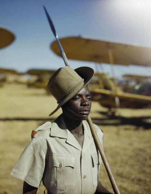 Lt. Chetwyn, An African soldier or 'Askari' on guard duty at No. 23 Air School at Waterkloof, Pretoria, South Africa, January 1943. Source: Imperial War Museum