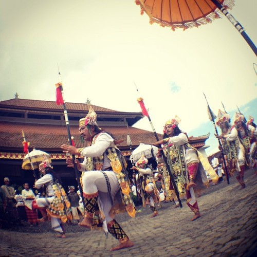 Baris Dance, a sacred dance from Bali #bali #popular #bestoftheday #photooftheday #igers #iphoneonly #fisheye #lens #pictureoftheday #ig_nesia #idinstagram #instago #hindu (Taken with Instagram at Pura Padharman Pusat Ida Bathara Dalem Tarukan  Pulasari)
