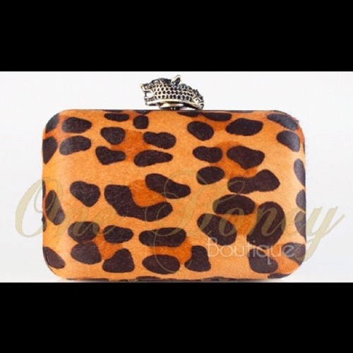 House of Harlow 1960 Leopard Clutch #leopard #nicolerichie #celeb #hoh1960 #houseofharlow #fashion #onehoneyboutique  (Taken with instagram)