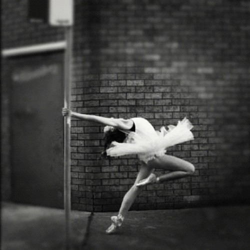 fading-dust:  #tutu #ballet #ballerina #blackandwhite #pointe #photographyoftheday #photography #passion (Taken with instagram)