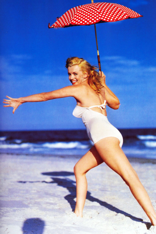 vintagegal:  Marilyn Monroe photographed by Andre De Dienes 1949