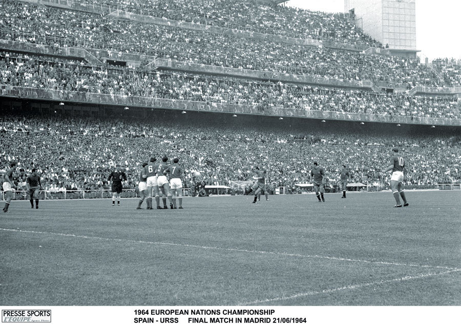 Euro '64 Final. Spain's Luis Suarez taking a free-kick v USSR with a packed Bernabeu in the background, June 21, 1964. Source: World Soccer