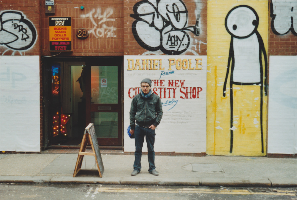 My friend William in front of the Daniel Poole's New Curiosity Shop in Shoredtich. Photo taken by Thierry Jaspart.