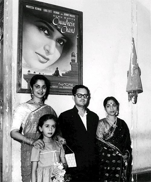 Waheeda Rehman, Guru Dutt and Geeta Dutt celebrating the silver jubilee run of Chaudvin Ka Chand. [x]