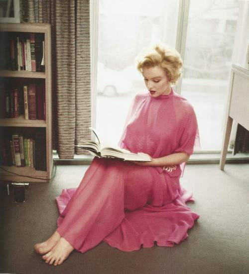 womenreading:  Marilyn Monroe