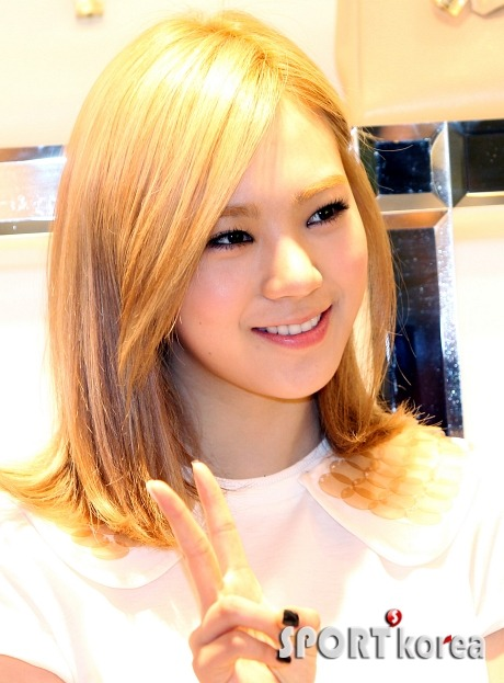 Lizzy looks good in blonde :)