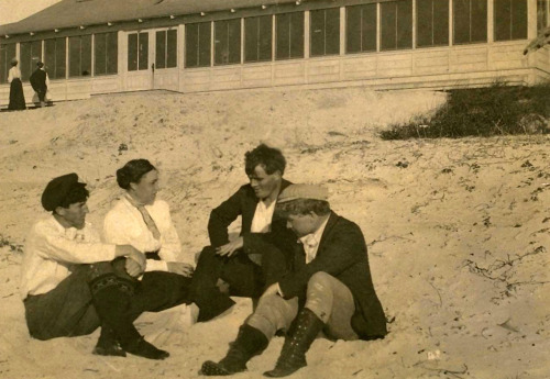 Arnold Genthe, George Sterling, Mary Austin, Jack London, and Jimmie Hooper on the beach at Carmel-by-the-Sea, California, 1902-1907.
