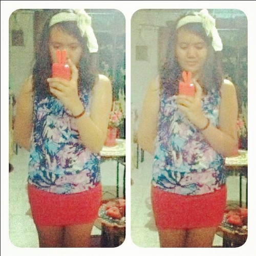 Ootd: floral print top + red skirt + black flats + headband + messy hair + metal necklace. #ootd #style #fashdaily #floralprint #fashion #bbflats #pooreso (Taken with instagram)
