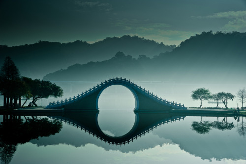 beconinriot:  Moon Bridge in Taiwan by bbe022001