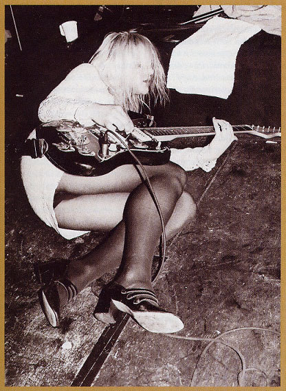 kurtandcourtneydaily:  Courtney Love, 1991. She is playing a Sunburst Fender jazzmaster.