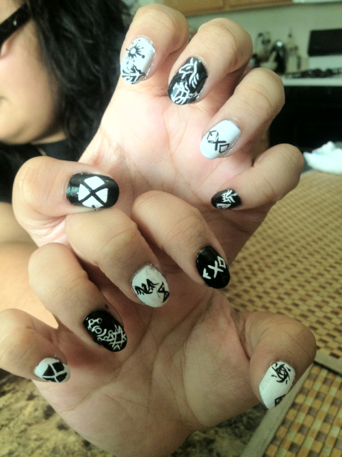 Visited my friend and she asked me to put the EXO symbols on her nails….. Why couldn't we have 12 effing fingers?! It was so hard fitting two on a nail xD….. BUT I finished! *feels accomplished* ^___^