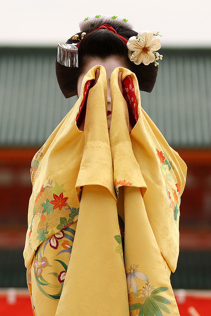 bachs:  The maiko (apprentice geisha) Katsuyuki performing a dance at Heian Shrine, Kyoto, Japan.