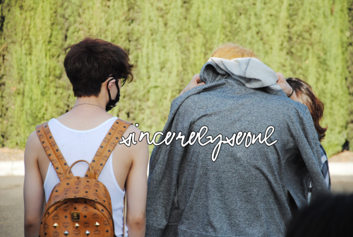 sincerelyseoul:  Lay took his jacket off and gave it to Kris. I guess Kris's back was cold, because it was soaking wet. So adorable!