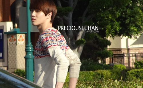 shiningdream7:  its fantaken and yet Suho looks like he's posing for a magazine. OMG PERFECT.  WAE U NO POSE FOR VOGUE GIRL cr: as tagged