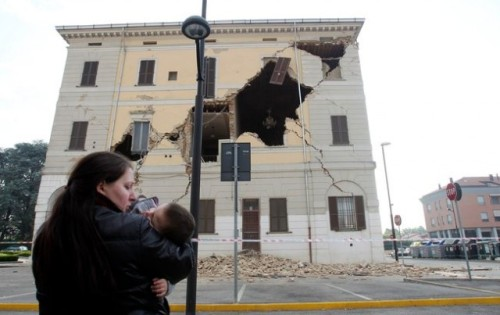 "Earthquake in Northern Italy takes lives, damages historic buildings Five dead from the 6.0 magnitude quake: The death toll ""could have been much worse,"" according to Italian earthquake expert Giovanni Gregori. The Emilia Romagna region was hit on Sunday morning; around 50 historic buildings were damaged. Another earthquake that struck the L'Aquila region three years ago killed 300 people. (Photo by Italy/Reuters) source   Follow ShortFormBlog: Tumblr, Twitter, Facebook"