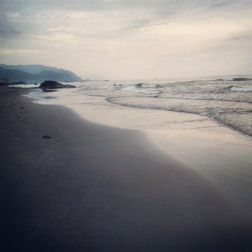 #sea #sand #beach #mountain #cloud #sky #igstyle  (Taken with instagram)