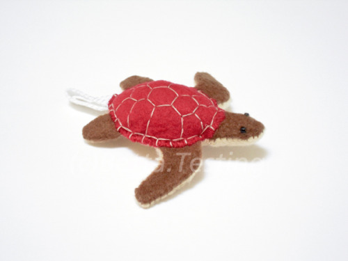 Sea Turtle (Red Shell) Materials: Arctic fleece, polyester stuffing Dimensions: Length - 3 inches, width - 3.25 inches ————— Currently available in my Etsy shop! http://www.etsy.com/listing/100245541/keychain-sea-turtle-red This item is made to order! Please email me if you are interested :)