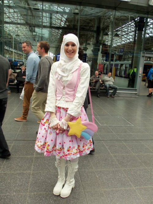 My coord for a meetup in Manchester (19/05/2012) offbrand wtf XDWearing a Chocomint clip, Angelic Pretty wristcuffs, a Bodyline blouse, an AP replica bag and antenna boots. The skirt was handmade by my friend and I made the vest.