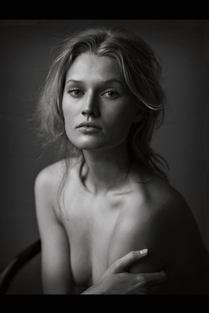 HUBSCH! Never ever will I get enough of pictures taken by Peter Lindbergh. Watch the new German Vogue with an 'honest' shoot of breath taking beauties with no make up, clothes or retouching. How pretty is Toni Garrn??  source: Vogue Germany