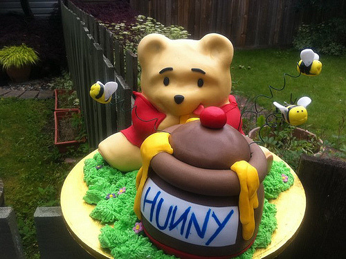 Winnie the Pooh cake (by cakeaters.edible.art)