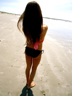 beach-mermaidss:  tanning-in-bikini-bottom:  tired of summer blogs changing style ? follow me for a 100% summer blog that never will change <3 promise  ☀ follow for more posts like this ☀
