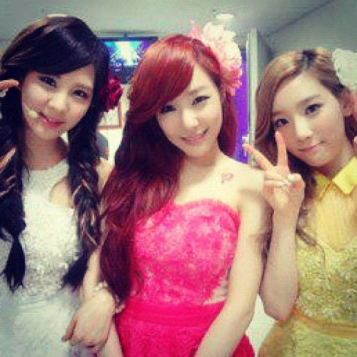 "[From. SEOHYUN]   태연하게 티파니언니는 언제나처럼 핑크옷을입고행복해했서현… 아하하 재미없어도 웃고있는당신은..소원이겠죠??ㅎㅎ  언제 어디서나 우리 편이 되어주는 든든한 소원!!!! 고맙다는 말로만으론 부족하지만.. 너무너무너무너무 고마워요!! 우리의 마음이 전해지길..얍!♥  [TRANS] Tiffany unnie wanted to always coolly wear pink clothes… [Wordplay. Meaning is as above but literally: Like Taeyeon, Tiffany unnie wanted to constantly wear pink clotheseohyun] Ahaha it's not funny but you, who is laughing.. must be a SONE right?? hehe Wherever, whenever, you always stand by our side and give us strength, SONE!!!! I know the words ""thank you"" are not enough but.. Thank you so so so so much! (Taken with instagram)"