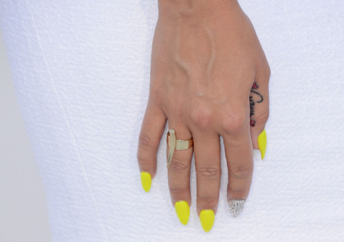 fingernailsaregood:  Awesome manicure sported by Amber Rose at the Billboard Awards 2012: neon yellow and diamanté pointed nails.  Am wit the blinged out accent nail!