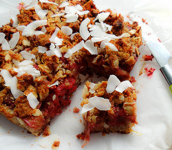 findvegan:  Strawberry Rhubarb Coconut Crumb Bars
