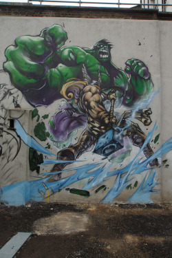 albotas:  Daily Graffiti: Amazing Hulk Vs Thor London Graffiti spotted in London by mattskating.