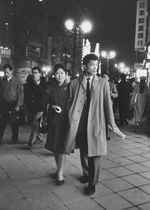 (Vía pjmix). Young couple strolling in the Ginza area. (Via LIFE).