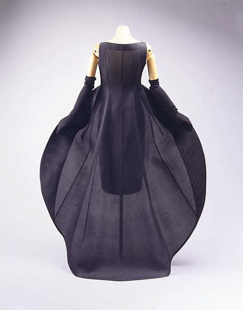 omgthatdress:  Dress Cristobal Balenciaga, 1967 The Metropolitan Museum of Art  Back when Balenciaga was good.