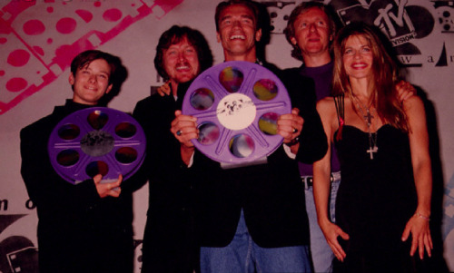 The cast of Terminator 2 clutching giant purple reels at the first ever MTV Movie Awards in 1992. Gotta love Linda Hamilton and her multiple crosses.