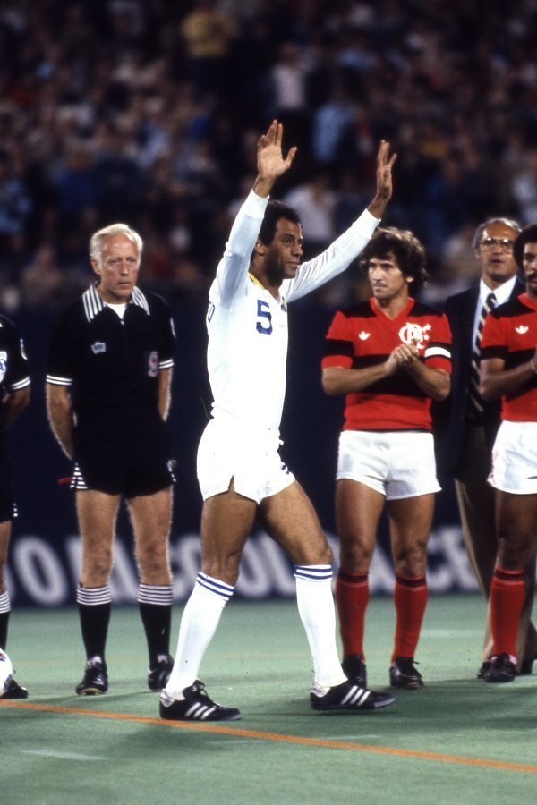 Carlos Alberto acknowledging the crowd prior to his NY Cosmos farewell match v Flamengo, September 28, 1982. Source: NY Cosmos