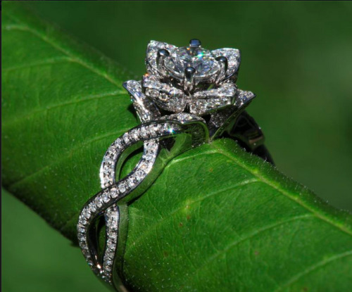 smittenkittenrv:   Another flower engagement ring by Beautiful Petra