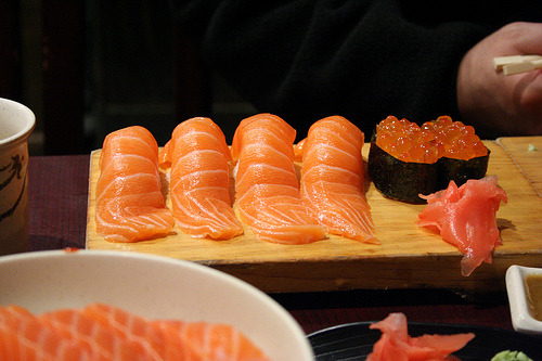endlesscravings:  Salmon sushi and ikura sushi (by Geoff Peters 604)