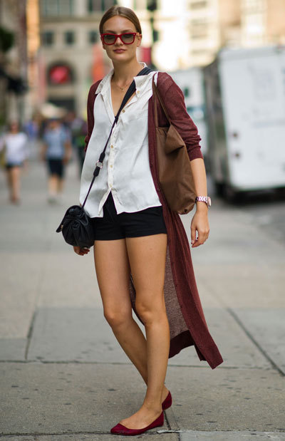 elle:  Street Chic Daily Gergana Penova wears an H&M cardigan, H&M shirt, Mango bag, and Ray-Ban sunglasses.