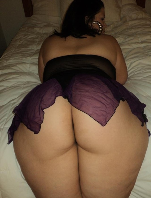 real-woman-are-rubenesque:  bootysinn:  Backshot time  Great ass…..   *Smack*