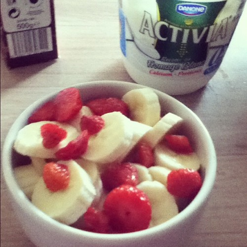 Homemade fruit-salad 😊 #banana #apple #strawberry #healthy #snack #healthysnack #healtyfood #yummy #yum #fruit #salad #instafood (Pris avec instagram)