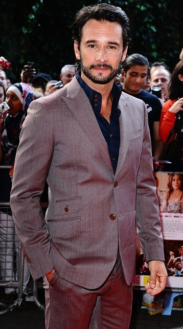 "Rodrigo Santoro looking incredibly handsome at the London premiere of ""What to Expect When You're Expecting."" That Vivienne Westwood suit looks amazing on him… we could just gaze forever!"