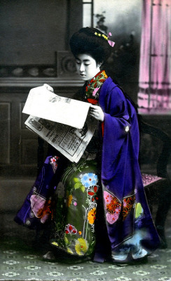 """Hangyoku reading a newspaper"""