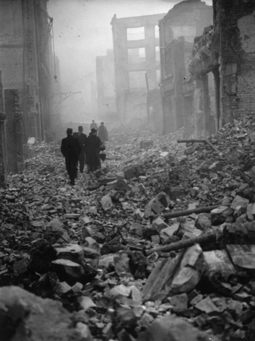 itsjohnsen:  Londoners walk through the rubble of their city to get to work. The Blitz, 1940. Getty