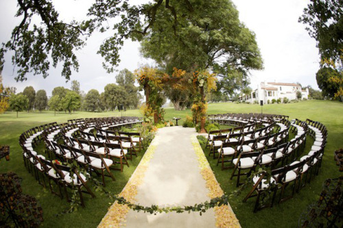highonweddings:  Beautiful round ceremony